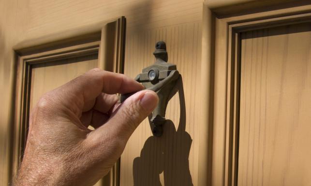 7719680-pukanie-do-drzwi-643-385